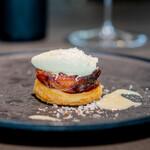 CAINOYA - 新玉ねぎのパイ包み焼き パルミジャーノレッジャーノとバルサミコのジェラート、 温かなパルミジャーノのソース
