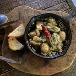 grilled beef winebar zuiji - ・牡蠣とマッシュルームのアヒージョ 2人前 630円