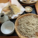 134511866 - 天ぷらは海老、鱚、舞茸、牛蒡、人参、南瓜、茄子                       蕎麦は細くコシがある