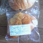 13453717 - レーズンパン100円とクリームパン100円
