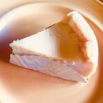 マミーズ・アン・スリール - チーズケーキは見た感じかたそうですが確かにあまり甘くなくてチーズでした でもこれならチーズ食べたほうがいいかも