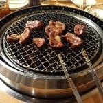 平城園 - 焼かれているお肉達・・