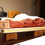 神戸牛炉釜炭焼ステーキ IDEA - すべてが神戸ビーフで、サーロイン、ヒレ、シャトーブリアン、イチボ、ラムシンの5種類