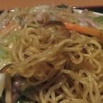 東海菜館 - 焼きそばは焼ムラがあり、焦げ目が香ばしい