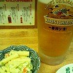 居酒屋 若みや - まずは生ビールジョッキ(¥500)とお通しのマカロニサラダ