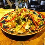 ビクトリア - ヴィクトリアサラダです。大皿にたっぷりの野菜とその時の気分でトッピング