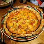 ビクトリア - チョイ小さめのピザを注文しました。しかも夏らしくゴーヤ入りです。