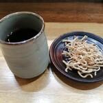 そば重 - 冷たいお茶とそばの揚げモノ