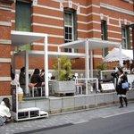 ソーシャルデザインカフェ ソボロ - 2009/3月:博物館壁面の赤レンガを背景に白が映えるオシャレなオープンカフェ