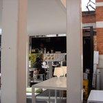 ソーシャルデザインカフェ ソボロ - 2009/3月:店内の客席から厨房&カウンターを覗く