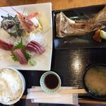 三崎「魚市場食堂」 - 市場の刺身&焼魚定食