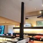 入道 - 天井が高いくて開放感。ひろびろとしたテーブル席