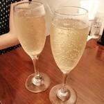 MOZU - スパークリングワインで乾杯