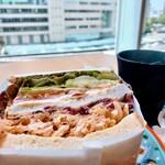 ふれあいショップ マリンブルー - 真ん中にもパンがあるボリューミーなタイプ。チキンがジューシー。お野菜ぱりぱり。ゆっくりできてここステキです。新市役所3F。土日もやってほしー