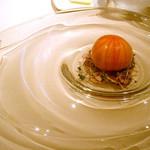 冷たい前菜。 石川農園のトマト、中はシャーベット。トマトの下は「もちカツオ」のたたき