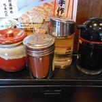 王風珍 - 卓上に常備された調味料類