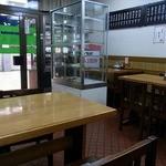 祇ん月 - 店内の風景です。奥から入口方面を撮っています。