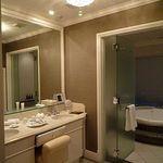 ホテル ラ・スイート神戸ハーバーランド - 白を基調とした清潔感のあるパウダールーム