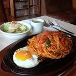 コーヒーハウス 三番館 - 【赤いウインナーのナポリタン】700円(サラダ/スープ付)