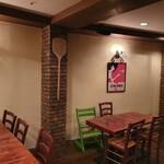 トラットリア ピッツェリア アミーチ - 店内広めのテーブルをご用意しております。