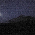 レラモシリ - 大きな窓から眺める利尻富士と満月
