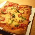 森のくまさん - きのこと生トマトのピザ