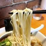 ShiNaChiKu亭 - 醤油ワンタン麺、麺リフトアップ