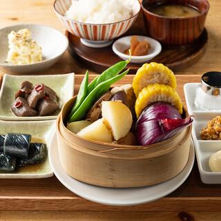 夜の定食は1980円でご提供。蒸し重など10種類をご用意。