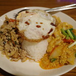 ゲウチャイ - 鶏肉のガパオと シーフードとふわふわ玉子のカレー風味炒めの二種盛り目玉焼き添えご飯