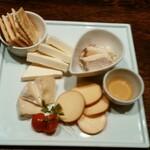 市ヶ谷バル モンパカ - チーズ盛合せ(4種)1080円(税抜)