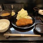 Tonkatsuyamamoto - ろーすかつ定食、台の上には丼に入ったおばんざい