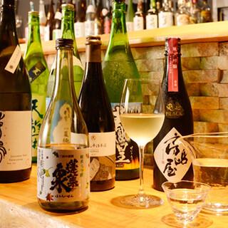 厳選した月替わりの日本酒・ワインを絶品料理と共に召し上がれ