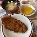 敦賀ヨーロッパ軒 - 味噌汁、おしんこ、味カツアップ