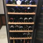 3POU☆YOSHI - セラーには日本ワインや世界のシャンパンが常時70種類以上スタンバイ。