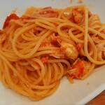 134763455 - 紅ずわい蟹の旨味やガーリックの風味が効いた華やかトマトソース、紅ずわい蟹と九条葱、トマトのスパゲッティ