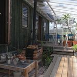 シェルズ キッチン - 最近屋根がついて、いい感じになったアプローチ。