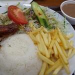 オッソ・ブラジル - ローストチキン定食。右上のフェイジョアーダが美味
