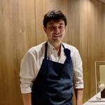 134780928 - 穏やかな笑顔のオーナーシェフ川島さん。ホテルフレンチの王道から、スペインに渡り現地の一流星付レストランで修行された幅広い見識の強者シェフ。