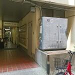 ステーキ&ワイン 神房 - 本店に上がる階段。右側が神房さんです❗