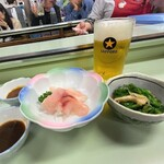 134796283 - まるます家 総本店@赤羽 生ビール、鯉のあらい、季節のおひたし(菜の花)