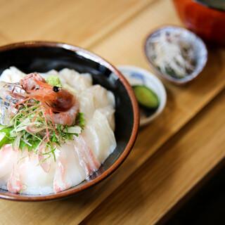 《ランチ》現地さながらの海鮮丼や香ばしく焼き上げた魚漬け定食