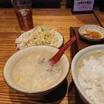 中国茶房8 - お代わり自由のスープ、サラダ、ご飯。
