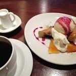 マノ ア マノ - ケーキセット(ブルーベリーのアーモンドケーキ アイス添え) 750円
