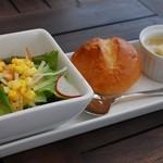 13480801 - サラダ、パン、スープ