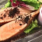 134831356 - タスマニア産サーモンの瞬間燻製とサラダビーツのヴィネグレット。