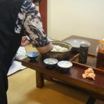 13484548 - 土鍋で炊いた鯛めし、よそってます!