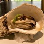 134856011 - 『岩牡蠣』島根の岩牡蠣を蒸して、発酵させた唐辛子をちょこんと上に♪