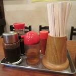 開々亭 - 卓上調味料 割り箸の陰に胡椒と爪楊枝
