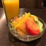 ichimarurokusausuindhian - サラダとソフトドリンク(オレンジ)
