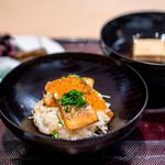 青草窠 - いくらと本鱒の炊き込みご飯、 豆腐の赤出汁、 香の物